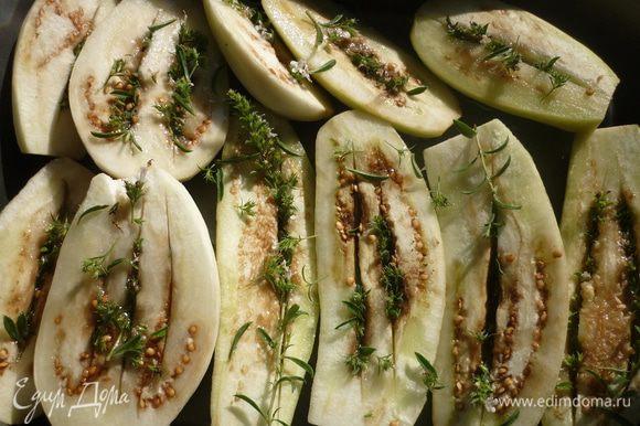 уложить баклажаны на противень, полить растительным маслом ( я патриот , и поэтому использую подсолнечное), посолить, поставить в духовку