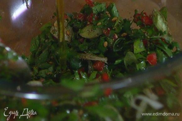 Соединить петрушку, зеленый лук, чили, добавить заатар, влить оливковое масло, лимонный сок и перемешать.