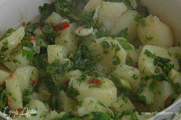 Отваренный картофель перемешать с пряной заправкой.