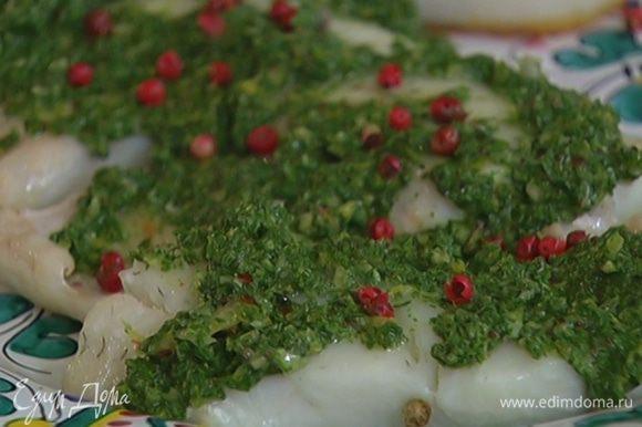 Готовую рыбу смазать мятным соусом и посыпать оставшимся розовым перцем.