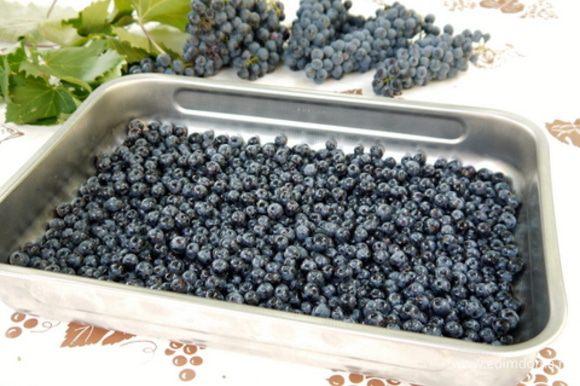 Тем временем вымыть виноград, отделить ягодки и поместить их на противень с высоким бортом. Поставить в разогретую до 180° духовку на 20 минут, чтобы подсушить виноград.