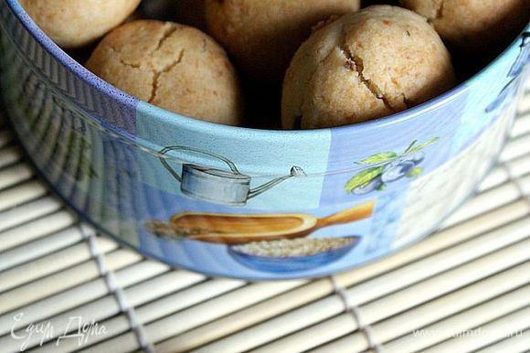 Духовку разогреть до 180 градусов. Выпекать печенье 15-18 минут до легкой золотистости. Приятного аппетита!