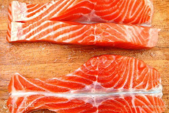 Разрезать филе вместе с кожей на 2 части. Каждую часть разрезать пополам, не прорезая кожицу. Сложить в виде рыбки.