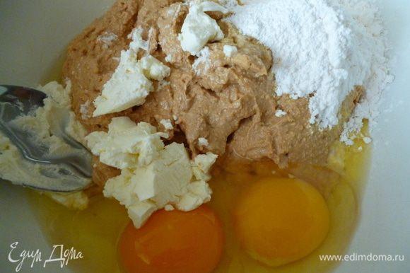 Выкладываем смесь в миску,добавляем яйца,сливочный сыр,порошок для пудинга и затем аккуратно все перемешиваем с помощью ложки до однородной массы.Я прочитала,что такую начинку надо перемешивать именно ложкой,чтобы она не осела после выпечки.