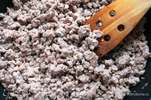 лук и чеснок мелко порубить и обжарить на оливковом масле, добавить фарш и обжаривать еще 5-7 минут.