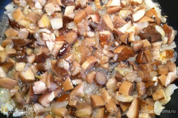 Добавить мелко нарезанные белые грибы и потушить 15-20 минут.Затем налить туда же вино и потушить еще 5 минут.