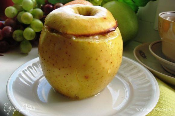Достаем яблочки из духовки. В соус перед подачей добавляем ром. Поливаем едва остывшим соусом и посыпаем сахарной пудрой.