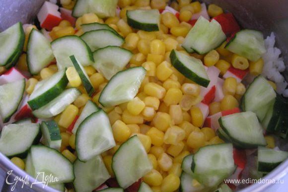Добавьте кукурузу и нарезанный огурец.