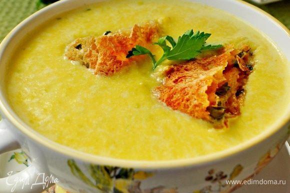 Горячий суп разлить по тарелками,в каждую тарелку сверху положить по два кусочка сырного рулета,украсить листиком петушки. Ну очень вкусно! Приятного аппетита!
