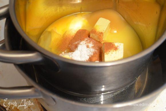 В кастрюльку кладем: сахар, масло, яйца, корицу, соду, мед и ставим на водяную баню, т.е. эту кастрюльку ставим в большую кастрюлю, наливаем в большую воды наполовину и ставим на огонь.