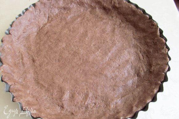 Тесто распределить по форме. Наколоть вилкой, сверху выложить пергамент и какой-нибудь груз- горох, фасоль, чтобы при выпечке не дать тесту подняться.Выпекать около 30 минут, при 180 г. Вынуть и остудить.