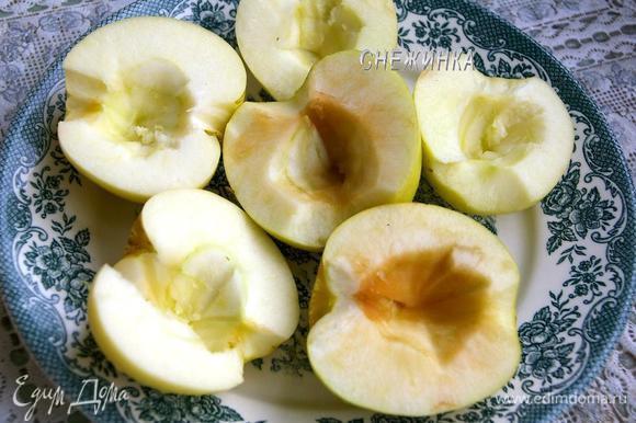 Яблоки моем, разрезаем пополам, вырезаем семенное гнездо.
