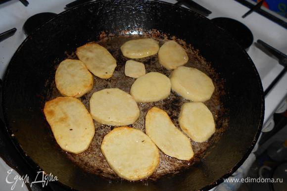 Обжарить картофель - до полуготовности