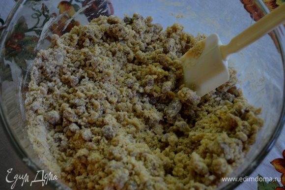 Разогреть духовку до 180 гр. Смешать муку,сахар,разрыхлитель и соль. Используем электрич.миксер. Добавить яйца и ванилин, затем орехи и финики. Взбиваем до полного смешивания.