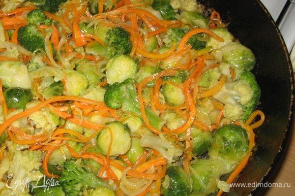 Капусту перемешать с луком и морковью, посолить и поперчить (по надобности) и выложить в емкость для запекания.