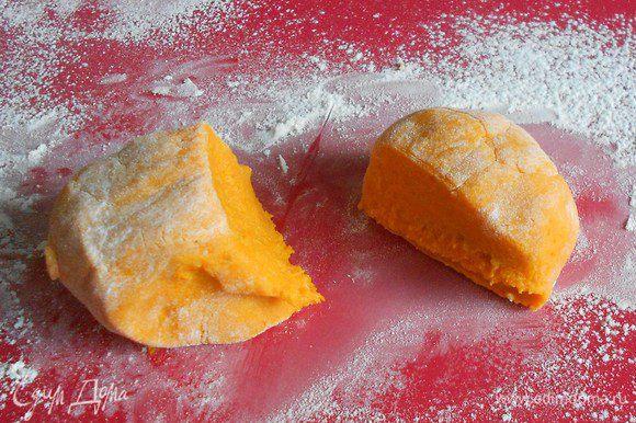 Вымесить массу, подсыпая муку, до гладкого теста. Оно не должно быть липким, но и не переусердствуйте с мукой. Из полученного теста сделать колбаски в 1,5 см диаметром и нарезать их на цилиндры по 2 см.