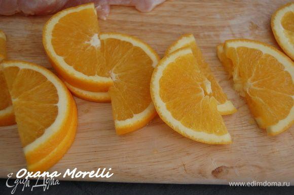 Дольки ананаса и апельсина разрезать пополам.