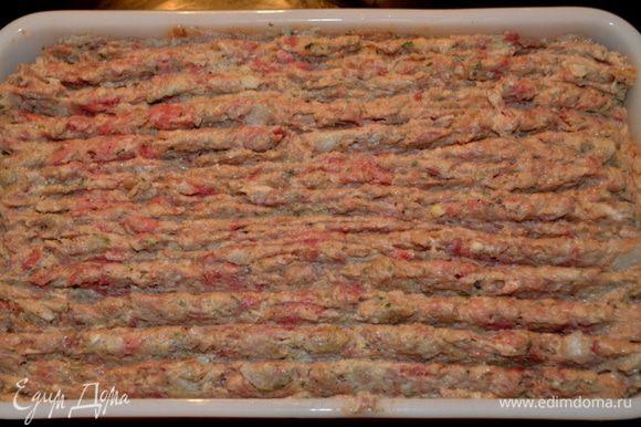 Выложим готовый фарш в большую прямоугольную форму для хлеба.Разровняем.Поставим в разогретую духовку на 15 мин.