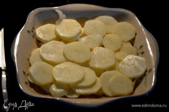 Порежем пластинками картофель и лук. Выложим слоями в жаропрочное блюдо часть.
