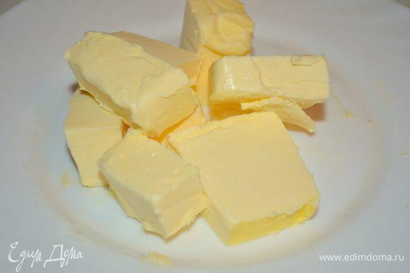Сливочное масло нарезать на маленькие кубики