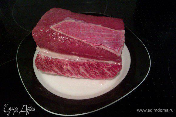 Выбираем красивое мясо с тонкими прожилками жира.