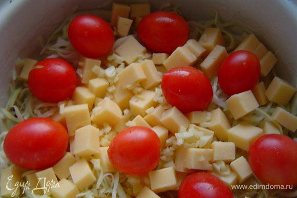 Смешиваем капусту, сыр, чеснок, помидоры-черри,