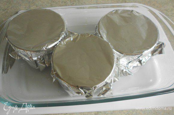 Накрыть фольгой и поставить в глубокий противень или жаропрочное блюдо , налить горячей воды до 1/2 высоты формочек . Выпекать 25-30 мин, пока мусс не загустеет и уплотнится.