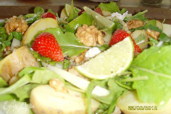 Смешать ингредиенты для соуса, полить соусом салат, украсить ядрами грецкого ореха и дольками лайма.