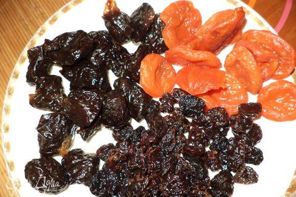 приготовить сухофрукты (их мало не бывает!),если они сухие ,то лучше немного размочить,например в микро! курагу и чернослив порезать,