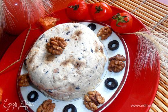 Такая закуска,если её прикрыть,хранится в холодильнике несколько дней,ведь сразу столько сыра не съешь!