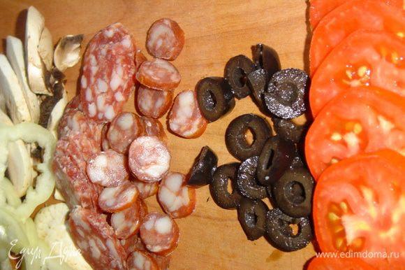 Нарезаем колбасу, сосиски, грибы, помидоры, маслины, а сыр натираем на мелкой терке.