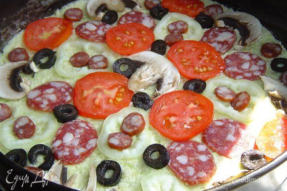 Все ингредиенты, кроме сыра, выкладываем сверху на тесто.