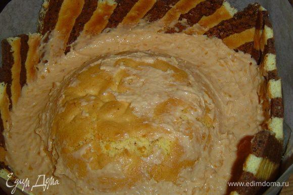 вокруг заполняем абрикосовым кремом, а так же сверху, разравниваем крем и отправляем торт в холодильник на пару часов.