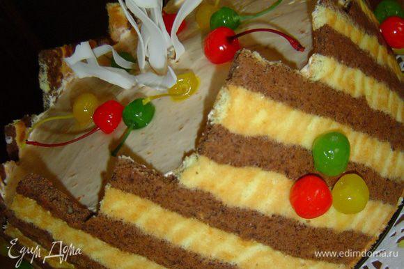 Торт украшаем кокосовой стружкой и коктейльными вишнями.
