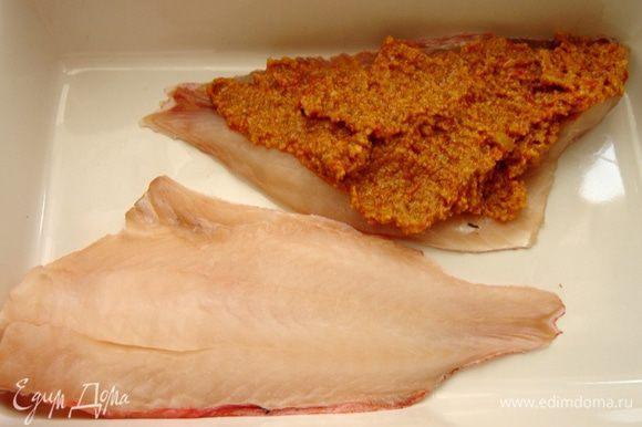 На противень или в жаропрочную форму выложить по одному филе.Выложить на каждое филе щедрую порцию тапенада и накрыть вторым филе.