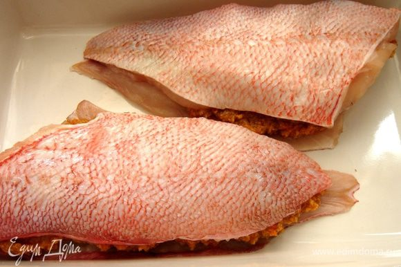 """Чтобы верхняя часть рыбы не сворачивалась(как у меня на фото),можно надрезать её крест накрест.Сбрызнуть """"сэндвич"""" растительным маслом и запечь в духовом шкафу при t 180*С(мне хватило 15 минут)."""