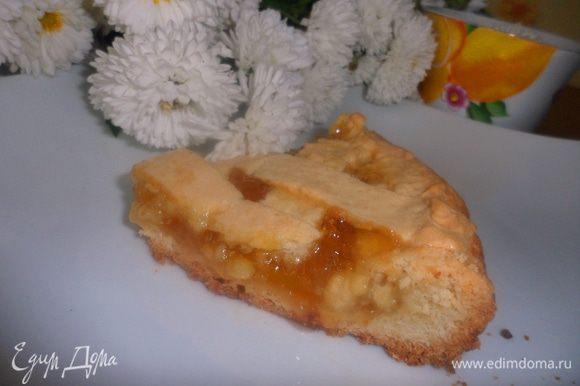 Пирог поставить в духовку, разогретую до 200 градусов на 30-40 минут. Готовому пирогу дать остыть и можно нарезать на порции. Приятного чаепития!!!