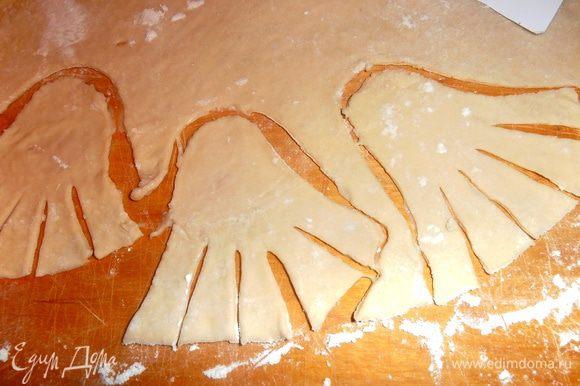 Так как приведения летают и нужно показать развевающийся подол у них, я придумала сделать надрезы ножом!