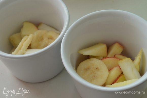формочки смазать масло ( можно и в одной большой стеклянной) выложить на дно подготовленные фрукты, присыпать их крахмалом.