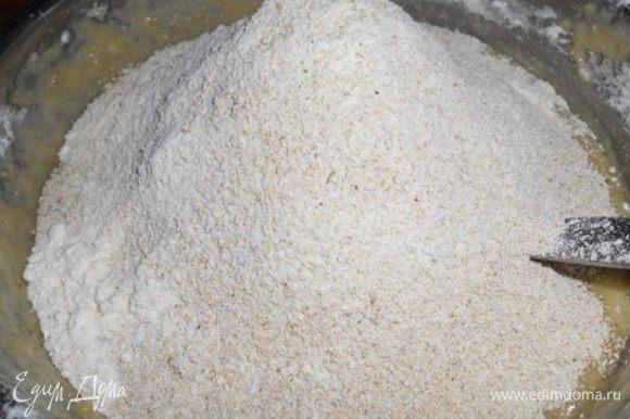 снять с бани и вмешать пшеничную муку,затем добавить овсянную муку и вымесить мягкое тесто