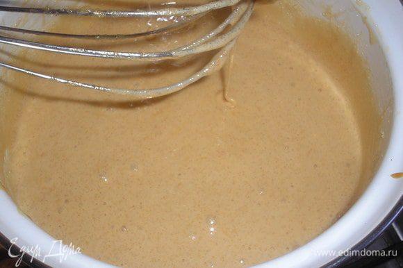 Чуть охлаждаем смесь, добавляем яйцо и сразу взбиваем миксером что-бы яйцо не заварилось. Добавляем сахар и опять ставим смесь на огонь, держим несколько минут постоянно помешивая.