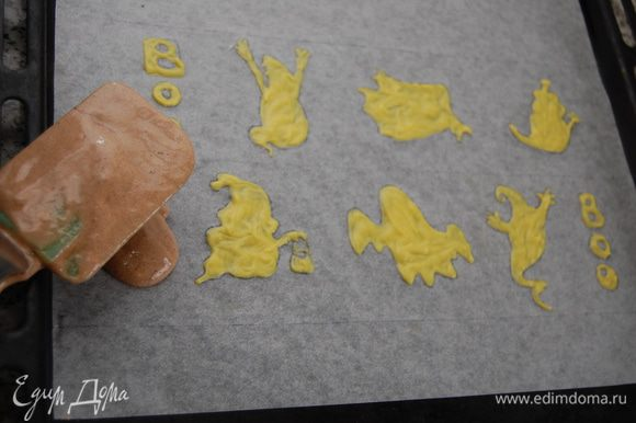 Добавить просеянное какао. Размешать. В три этапа ввести белки (аккуратно работаем лопаткой). В последнюю очередь ввести в смесь сливочное масло и хорошенько размешать, чтобы масло не осело на дне. Достать из холодильника заготовку с рисунком и аккуратно перенести её на противень. Распределить поверх рисунка тесто, помогая лопаткой. Делать всё нужно очень быстро, иначе цветное тесто поплывет. Из за страха что мои Касперы превратяться в размытые пятна – этот шаг я не запечатлела на фото. Поставить в духовку на 8-10 мин.