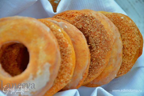 Для посыпки сахаром, смешать сахар с корицей, обмакнуть горячий пончик с сахар.