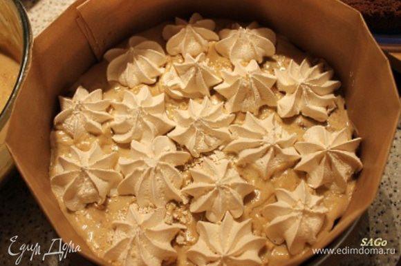 1/3 крема выкладываем на корж, ровняем поверхность. Выкладываем меренги.