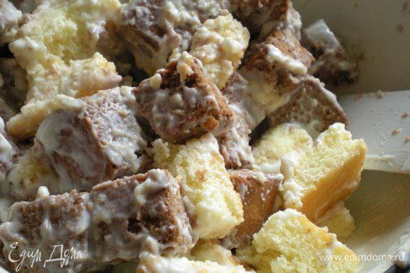 Банановый йогурт добавить в миску к бананам и кусочками бисквита, перемешать.