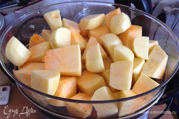 Тыкву и картофель чистим, режем кубиками и выкладываем в первый ярус пароварки на решетку. Включаем пароварку на 30 мин.