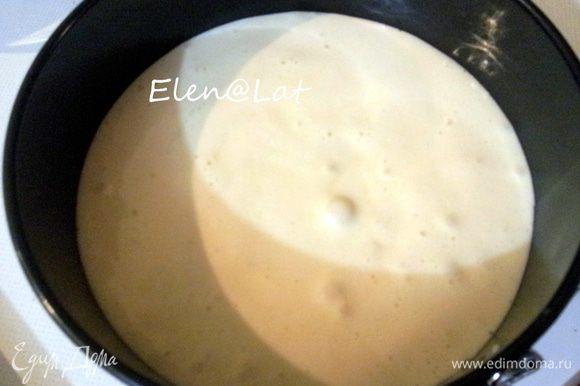 Для бисквита: Взбить яйца с сахаром, до увеличения объема в три раза. Затем добавить муку. Перемешать все не взбивая.