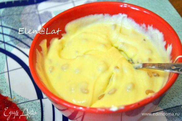 Для крема: Взбить масло комнатной температуры со сгущенным молоком и сыром, добавить кедровые орешки.