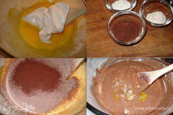 В желтки вмешать белок. Затем смесь из муки и добавить оставшееся масло.