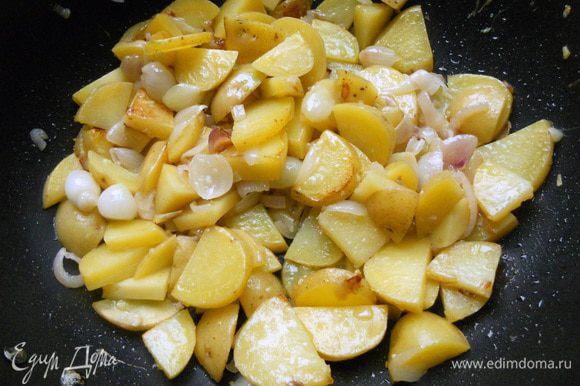 Присоединить картофель (кожуру можно не счищать), порезанный не очень крупно. Готовить еще минут 10 (должен начать немного размягчаться).